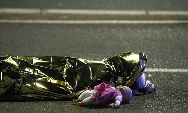 Hiện trường vụ lao xe tải vào đám đông mừng quốc khánh Pháp - ảnh 9