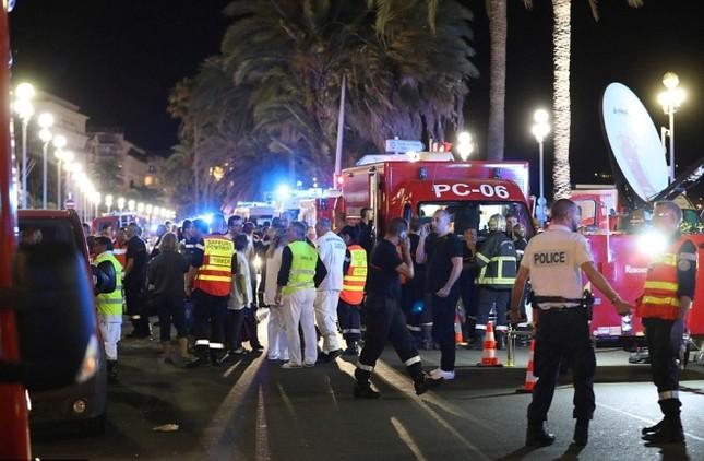 Hiện trường vụ lao xe tải vào đám đông mừng quốc khánh Pháp - ảnh 5