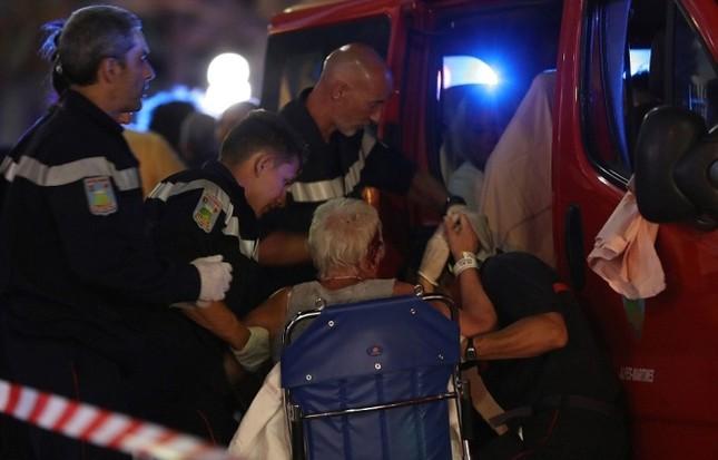 Hiện trường vụ lao xe tải vào đám đông mừng quốc khánh Pháp - ảnh 7