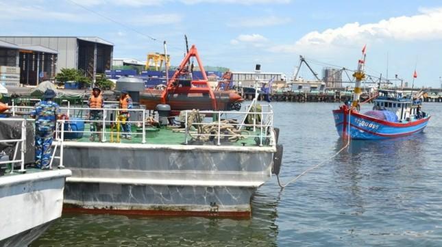Lai dắt tàu câu mực cùng 7 ngư dân bị mắc cạn vào bờ an toàn - ảnh 1