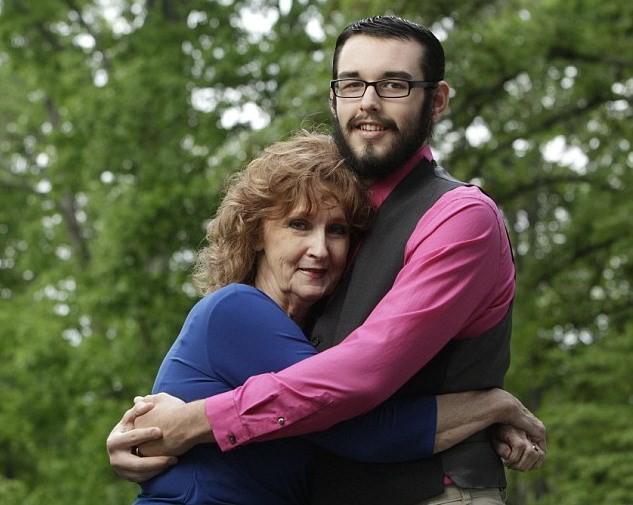 Cụ bà 71 tuổi kết hôn với chàng trai 17 sau 3 tuần hẹn hò - ảnh 1