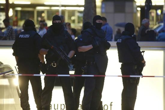 Thủ phạm xả súng ở Đức hô 'Tôi là người Đức' và giết trẻ em - ảnh 1