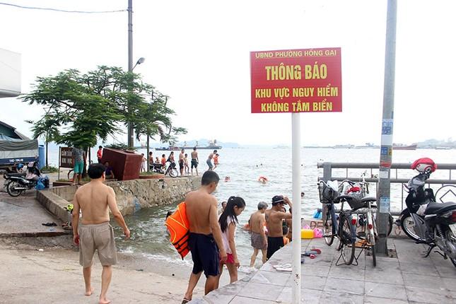 Hạ Long: Cấm thì cấm, tắm cứ tắm - ảnh 1