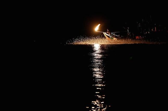 Màn đánh cá bằng lửa đẹp mê hoặc ở Đài Loan - ảnh 5