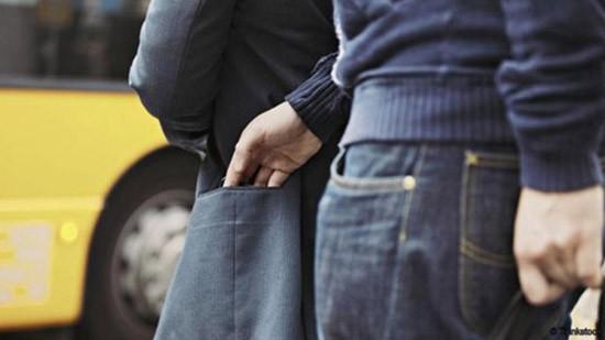 Thủ đoạn trộm đồ du khách của dân móc túi - ảnh 1