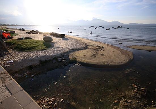 9 cống thải bao vây, bãi biển nổi tiếng Đà Nẵng vắng khách - ảnh 3
