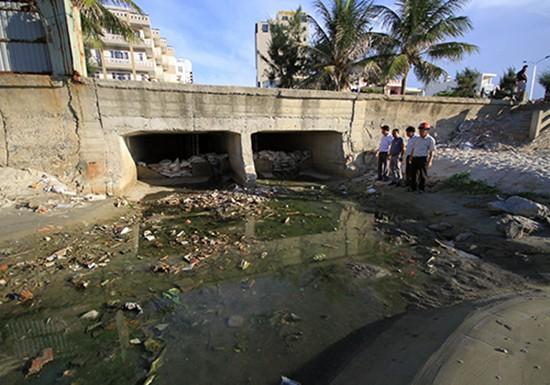 9 cống thải bao vây, bãi biển nổi tiếng Đà Nẵng vắng khách - ảnh 1