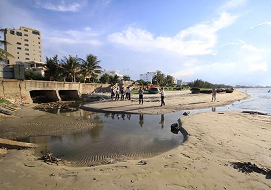 9 cống thải bao vây, bãi biển nổi tiếng Đà Nẵng vắng khách - ảnh 2