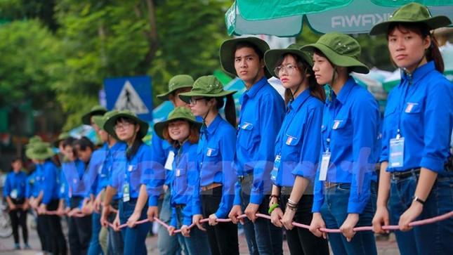 Ấn tượng hình ảnh sinh viên tình nguyện Thủ đô những ngày thi cử - ảnh 1