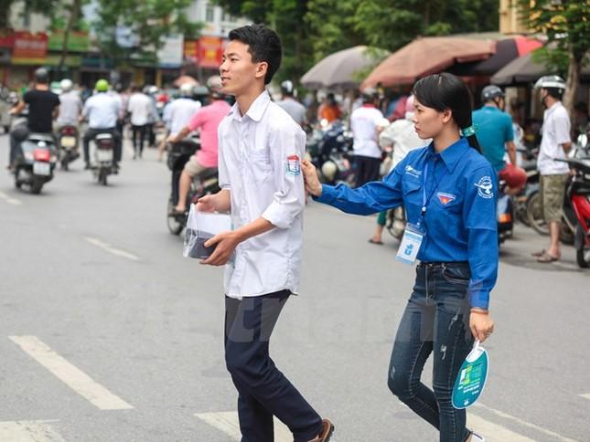 Ấn tượng hình ảnh sinh viên tình nguyện Thủ đô những ngày thi cử - ảnh 3