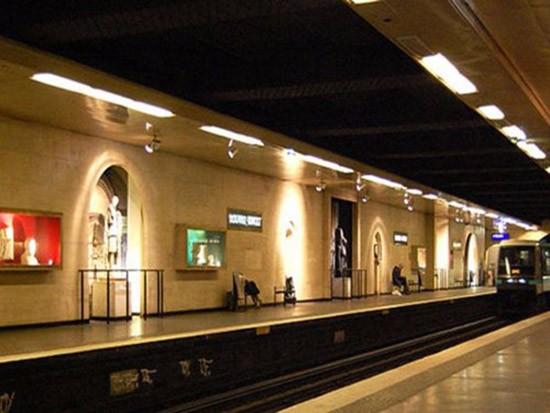 Đi xem nghệ thuật dưới ga tàu điện ngầm - ảnh 2