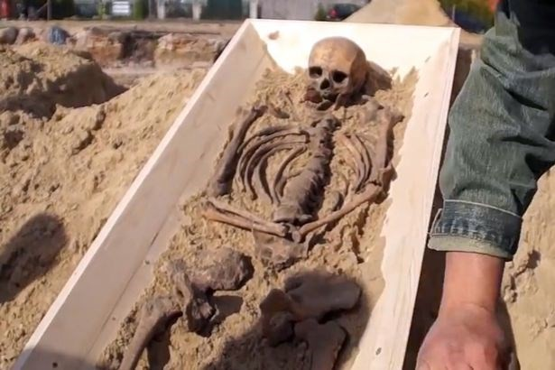 Khám phá bộ xương của 'ma cà rồng' cách đây 500 năm - ảnh 2