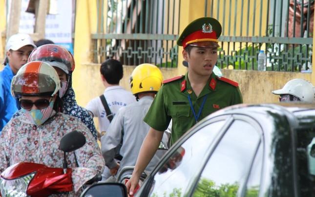 Chàng sinh viên cảnh sát cõng nữ sinh gãy chân vào phòng thi - ảnh 3