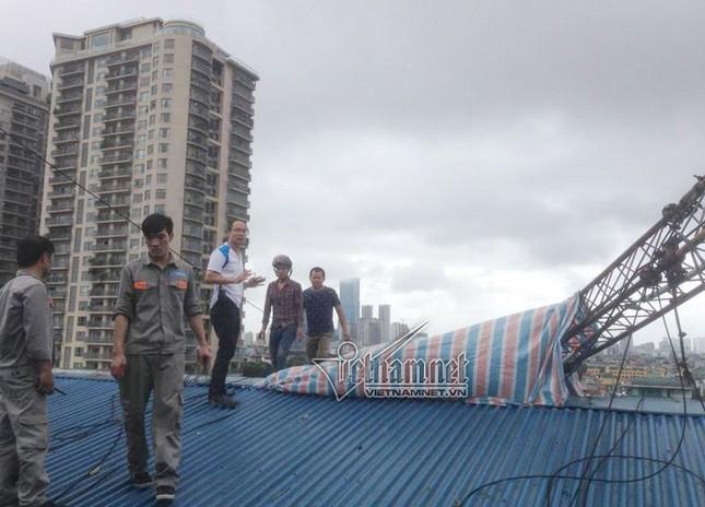 Hà Nội: Cột thu phát sóng taxi đổ, 1 người chết - ảnh 1