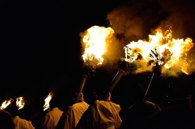 Lễ hội đốt nguyên một ngọn núi ở Nhật Bản - ảnh 4