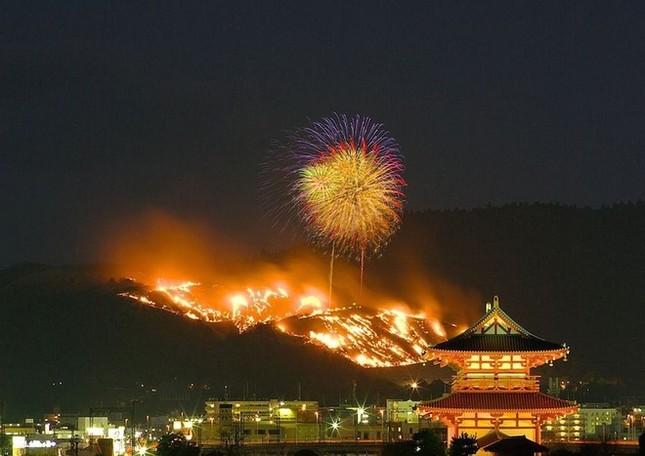 Lễ hội đốt nguyên một ngọn núi ở Nhật Bản - ảnh 3