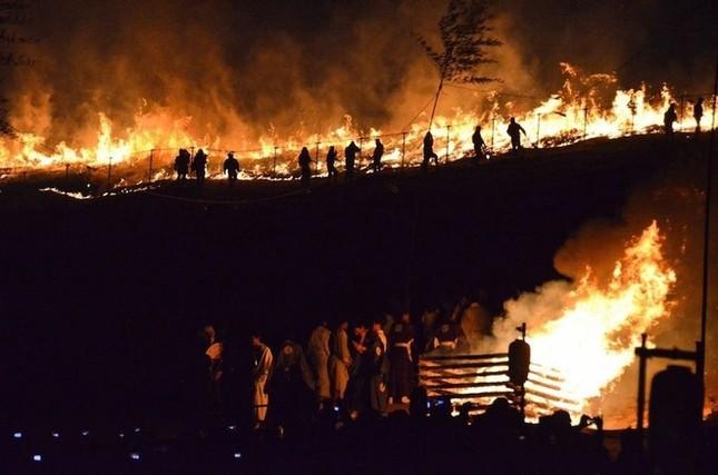Lễ hội đốt nguyên một ngọn núi ở Nhật Bản - ảnh 6
