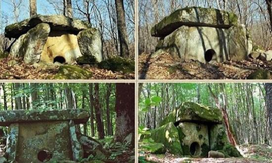 Mộ cự thạch 25.000 năm tuổi ở Nga - ảnh 1