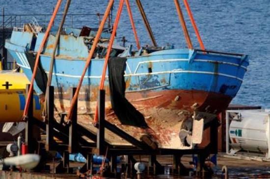 Italy trục vớt tàu đắm chứa 217 thi thể - ảnh 1