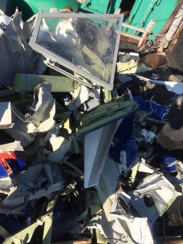Ngư dân Thanh Hóa vớt được nhiều mảnh vỡ nghi của Casa 212 - ảnh 4