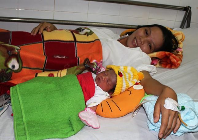 Nữ bác sĩ hút đàm nhớt cứu bé sơ sinh đẻ rơi trên biển - ảnh 1