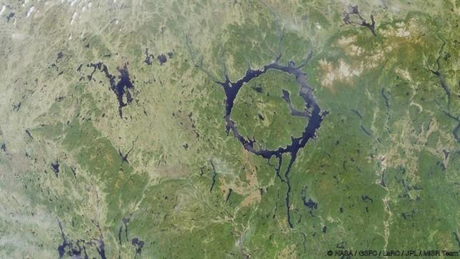 8 sông hồ kỳ diệu nhất hành tinh - ảnh 8