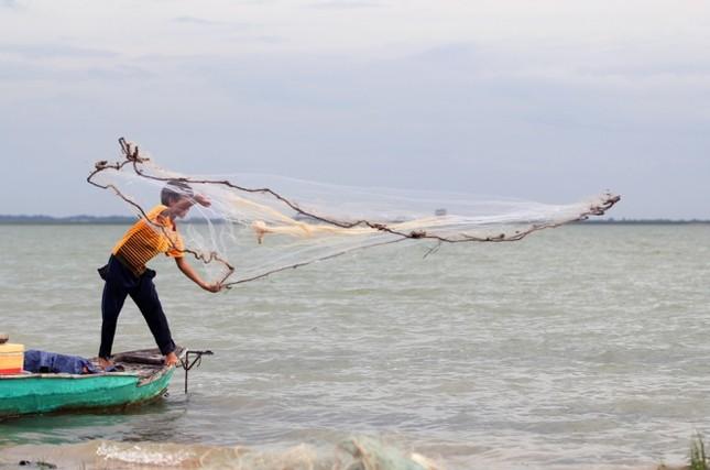 Cuộc mưu sinh của trẻ Việt kiều không quốc tịch bên hồ Dầu Tiếng - ảnh 1