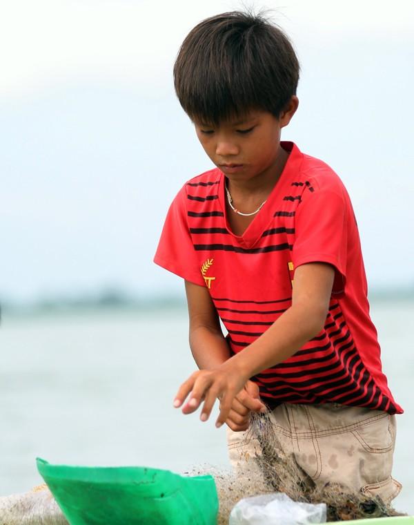 Cuộc mưu sinh của trẻ Việt kiều không quốc tịch bên hồ Dầu Tiếng - ảnh 2