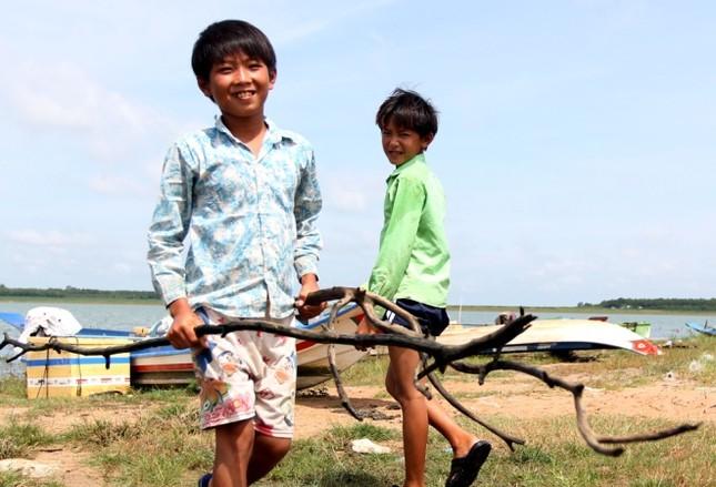 Cuộc mưu sinh của trẻ Việt kiều không quốc tịch bên hồ Dầu Tiếng - ảnh 3