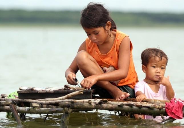 Cuộc mưu sinh của trẻ Việt kiều không quốc tịch bên hồ Dầu Tiếng - ảnh 7