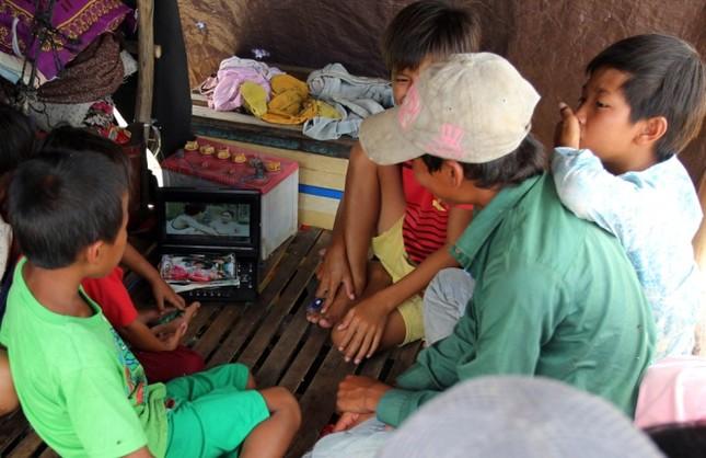 Cuộc mưu sinh của trẻ Việt kiều không quốc tịch bên hồ Dầu Tiếng - ảnh 10