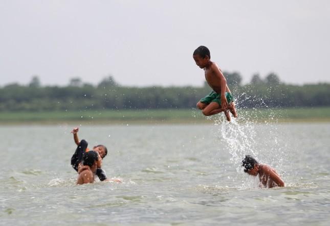 Cuộc mưu sinh của trẻ Việt kiều không quốc tịch bên hồ Dầu Tiếng - ảnh 12