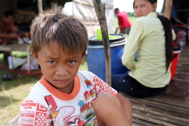 Cuộc mưu sinh của trẻ Việt kiều không quốc tịch bên hồ Dầu Tiếng - ảnh 9