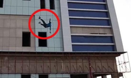 IS ném người đồng tính từ nóc nhà cao tầng xuống đất - ảnh 1