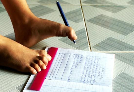 Nữ sinh lớp 4 viết chữ bằng chân mơ ước làm cô giáo - ảnh 1