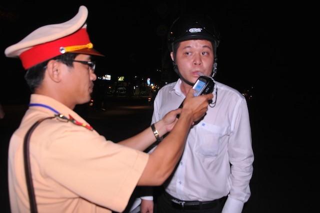 CSGT xử phạt tài xế xe biển xanh có hơi men - ảnh 1
