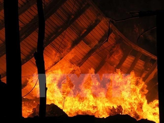 Cháy lớn tại cửa hàng thời trang làm 2 mẹ con bị thương nặng - ảnh 1