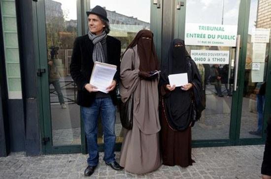 Đại gia nộp phạt thay những phụ nữ mặc burkini ở Pháp - ảnh 1