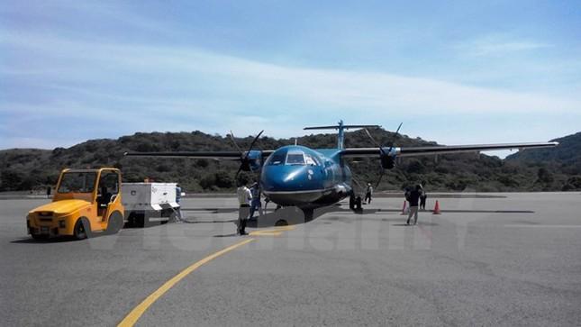 Tàu bay ATR của VASCO bị xe chở hàng va quệt làm móp cửa trước - ảnh 1