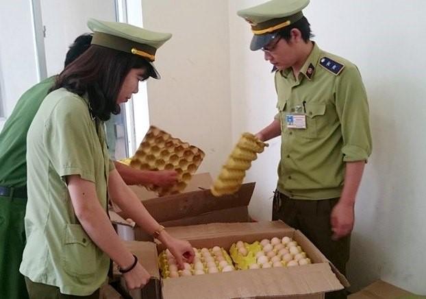 Hủy gần 5.000 quả trứng gà nhập lậu từ Trung Quốc - ảnh 1