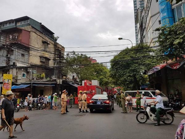 Sập nhà 4 tầng gần phố cổ Hà Nội, 4 người bị vùi lấp - ảnh 1