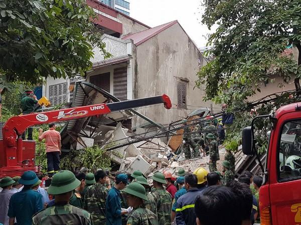 Sập nhà 4 tầng gần phố cổ Hà Nội, 4 người bị vùi lấp - ảnh 2