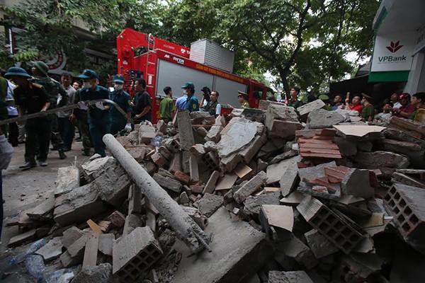 Sập nhà 4 tầng gần phố cổ Hà Nội, 4 người bị vùi lấp - ảnh 4