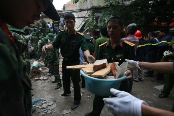 Sập nhà 4 tầng gần phố cổ Hà Nội, 4 người bị vùi lấp - ảnh 7