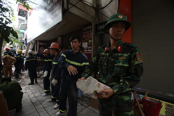 Sập nhà 4 tầng gần phố cổ Hà Nội, 4 người bị vùi lấp - ảnh 8
