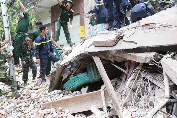 Sập nhà 4 tầng gần phố cổ Hà Nội, 4 người bị vùi lấp - ảnh 10