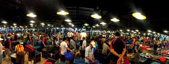 Chợ cá tươi rói ở Sài Gòn chỉ bán vào ban đêm - ảnh 1