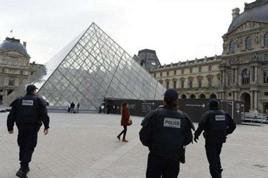 Thiếu nữ 16 tuổi âm mưu tấn công khủng bố Pháp - ảnh 1