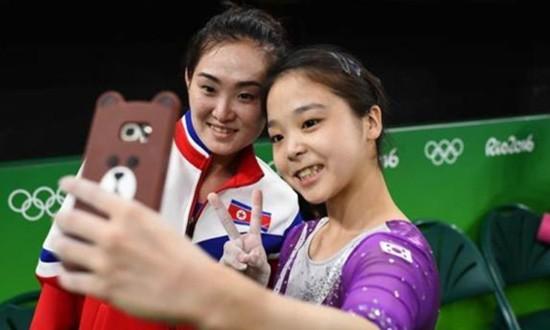 Vận động viên Hàn Quốc và Triều Tiên chụp ảnh chung ở Olympic - ảnh 1