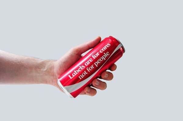 Coca-cola bỏ logo khuyến khích mọi người ngừng phán xét người khác - anh 1